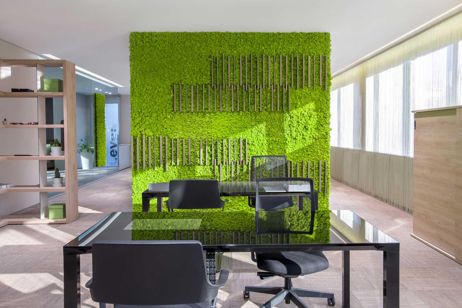parete verde in ufficio e tecnologia smart office
